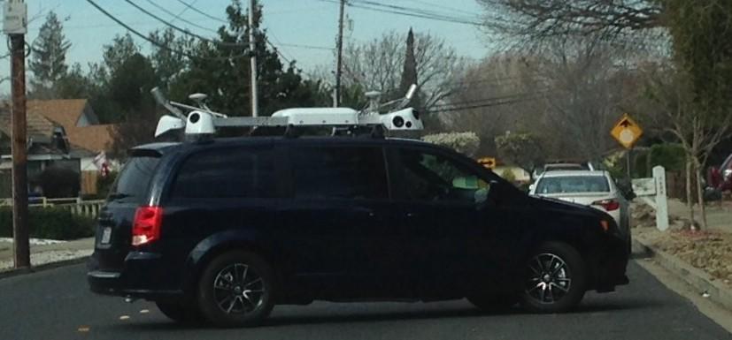Mini-Van mit Kamera auf dem Dach (c) claycord.com Apple Auto